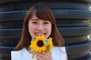 黄色の花の女性 - No.888530
