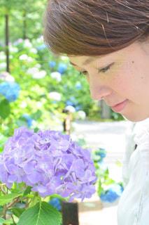 近くに花を持っている人のの写真・画像素材[888533]