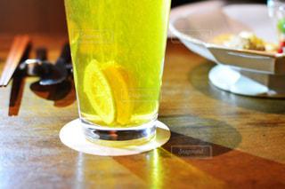 屋内,テーブル,フルーツ,木製,レモン,ビール,カップ,ドリンク,飲料,檸檬