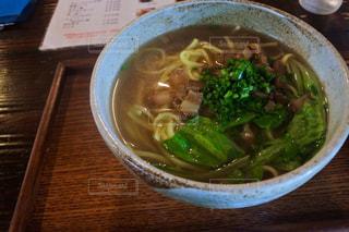 テーブルにあるスープのボウル - No.903560