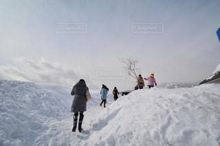 雪をスノーボードに乗る男覆われた斜面の写真・画像素材[914321]