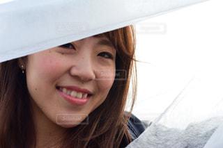 帽子をかぶって、カメラで笑顔の女性の写真・画像素材[914338]
