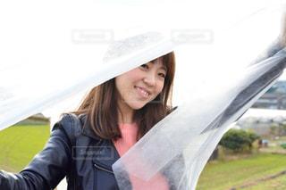 傘を持っている人の写真・画像素材[914339]