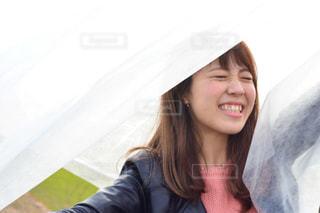 カメラの笑みを浮かべて女性の写真・画像素材[914342]