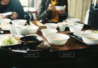 食事のテーブルに座っている人々 のグループ - No.915904