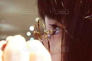近くの女性のアップの写真・画像素材[915915]