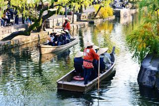 水の体の小さなボートの人々 のグループ - No.915919
