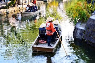 水の体の小さなボートの人々 のグループの写真・画像素材[915920]