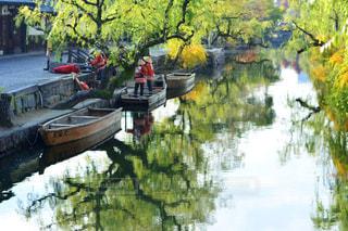 水の体の横に川に沿って浮遊船の写真・画像素材[915928]
