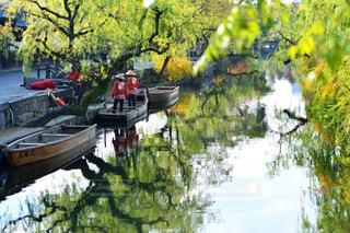 ボートは、川の脇に駐車 - No.915929
