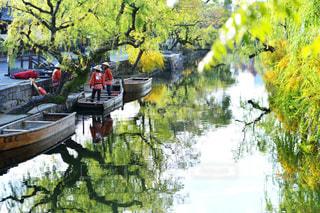 ボートは、川の脇に駐車の写真・画像素材[915930]
