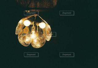 暗い部屋でワインの写真・画像素材[915968]