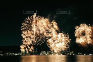 空に花火の写真・画像素材[915970]