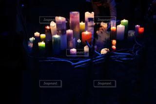 暗い部屋で人々 のグループの写真・画像素材[915972]