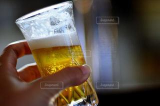 ワインのグラスを持っている手の写真・画像素材[915976]