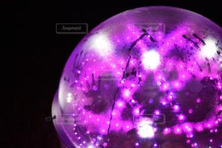 近くに紫色の光をの写真・画像素材[916080]