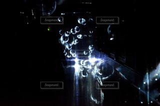 近くに暗い部屋でライトのアップの写真・画像素材[916147]