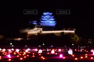 夜のライトアップされた街の写真・画像素材[916167]