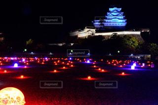 近くに夜の赤色光のアップの写真・画像素材[916180]