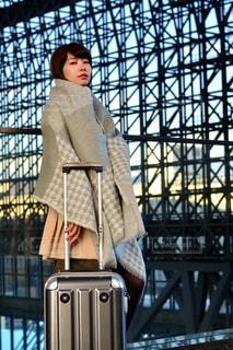電車の駅で座っている女性の写真・画像素材[916213]