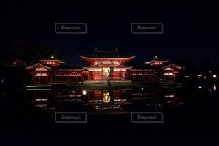 夜のライトアップされた街の写真・画像素材[916245]