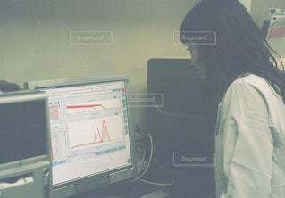 コンピューターの前に立っている人の写真・画像素材[919175]