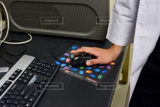 ノート パソコンのキーボードの上に座って人の写真・画像素材[919183]