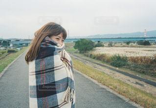 道路の横に立っている女性の写真・画像素材[926128]
