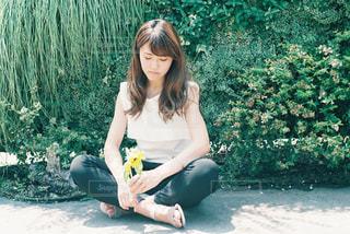 ベンチに座っている女性の写真・画像素材[926131]
