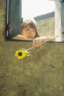 建物の前に立っている女の子の写真・画像素材[926138]