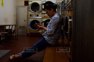冷蔵庫の前に立っている男の写真・画像素材[926206]