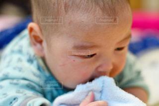 近くに赤ちゃんのアップの写真・画像素材[926210]