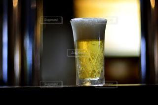 テーブルの上のビールのグラスの写真・画像素材[928026]