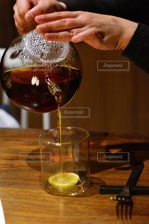 ワインのグラスを持っている手の写真・画像素材[928035]
