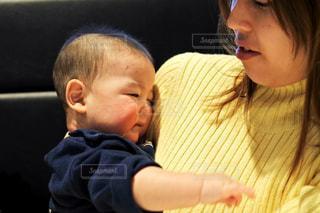 赤ん坊を抱える女性 - No.929945