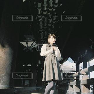 建物の前に立っている人の写真・画像素材[932742]