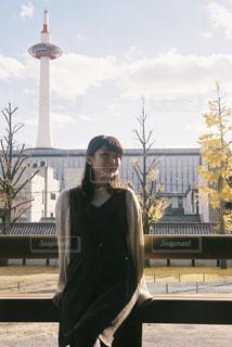 建物の前に立っている男の写真・画像素材[932754]