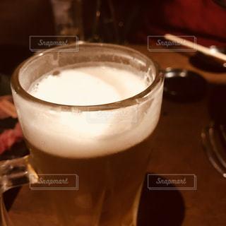 コーヒーやビール、テーブルの上のガラスのカップの写真・画像素材[942731]