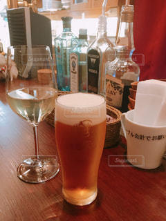 テーブルの上のビールのグラス - No.942736