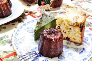 食べ物,冬,ケーキ,デザート,テーブル,皿,クリスマス,ハンドメイド,カヌレ,手作り,盛り合わせ,複数,パネトーネ,配置,抹茶チーズケーキ