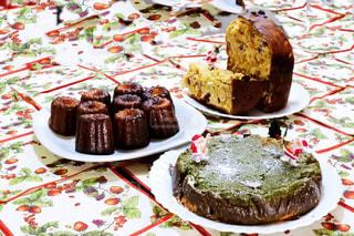 テーブルにバースデー ケーキのプレートの写真・画像素材[945035]