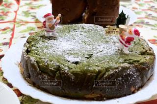 近くに皿の上のケーキのアップの写真・画像素材[945036]