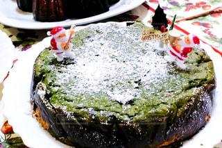 近くに皿の上のケーキのアップの写真・画像素材[945053]