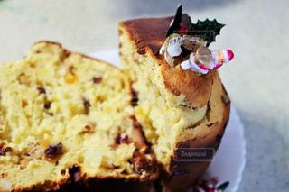 近くに皿の上のケーキのアップの写真・画像素材[945058]
