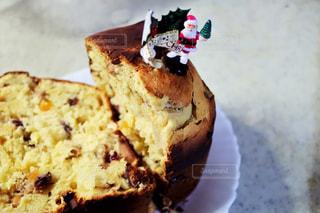 近くに皿の上のケーキのアップの写真・画像素材[945068]