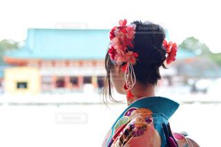 空,花,神社,赤,水色,人物,着物,人,髪飾り,晴れ着,フラワーアレンジ,成人式
