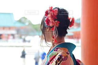 空,花,神社,赤,カラフル,水色,人物,着物,人,髪飾り,晴れ着,フラワーアレンジ,成人式,身に着ける