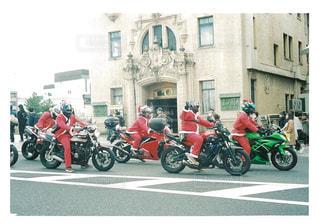 バイクの後ろに乗っている人のグループ - No.953861