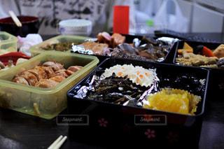 テーブルの上に食べ物のトレイ - No.954903
