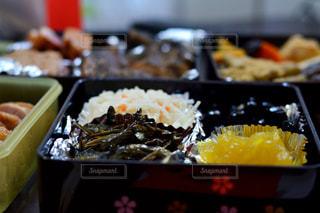近くに食品トレイのアップの写真・画像素材[954906]